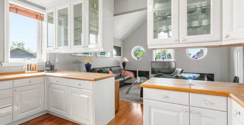 Av hvitevarer er kjøkkenet utstyrt med integrert komfyr, platetopp, mikroovn, oppvaskmaskin, kjøleskap og fryser. Hvitevarene er fra Miele.