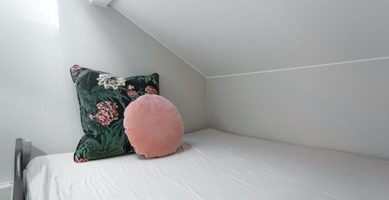 Hemsen kan benyttes til ekstra oppbevaring eller en ekstra soveplass - alt etter behov.