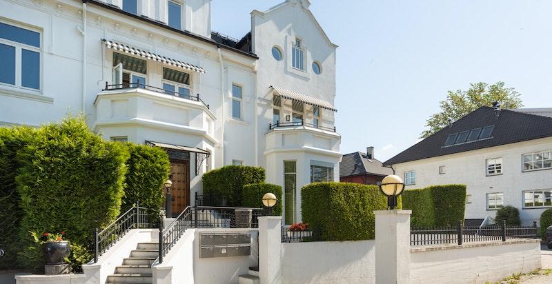 Velkommen til Kirkeveien 19 - en innbydende leilighet i et vakkert og herskapelig bygg med Frognerparken som nærmeste nabo.