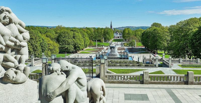 Populære Frognerparken med skulpturanlegget Vigelandsparken ligger i umiddelbar nærhet til boligen. Boligen kan sees i bakgrunn av bildet.