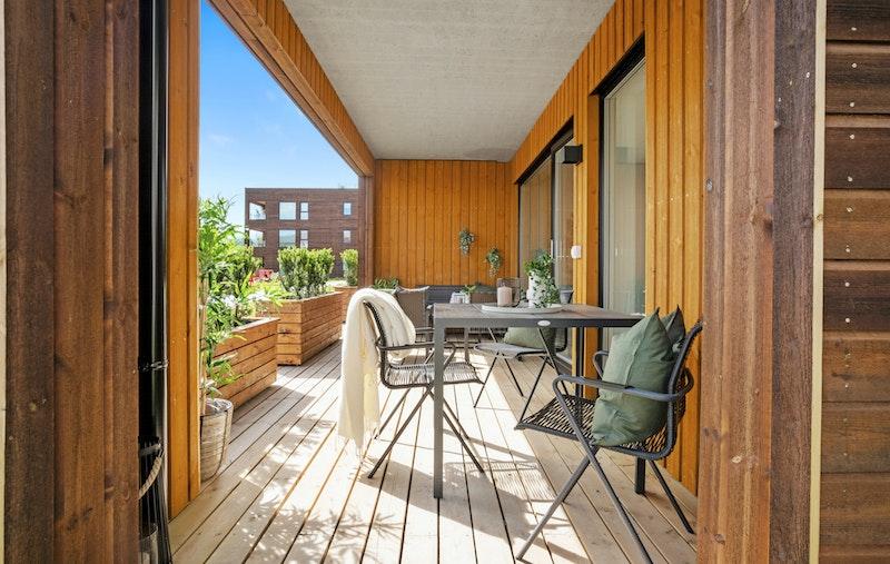 Leiligheten har stor solrik terrasse på 17 kvm.