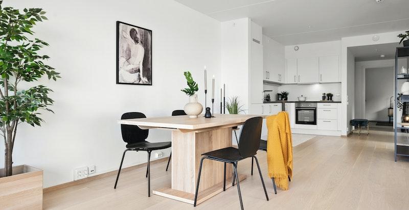 Det er åpen løsning mellom stuen og kjøkkenet.
