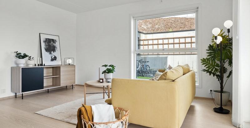 Stuen har flere møbleringsmuligheter med god plass til sofamøblement og spisestue.