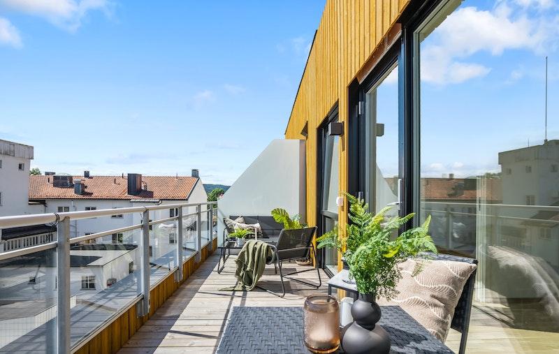 2-roms toppleilighet med solrik sydvendt balkong på 11,9 kvm.