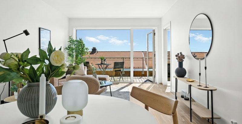 Stuen får rikelig med naturlig lys fra store vindusflater.