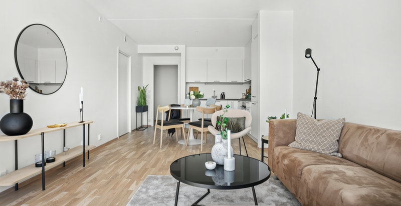 Stuen er arealeffektiv med plass til sofamøblement og spisebord.