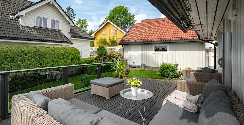 Skjermet solrik terrasse og hage