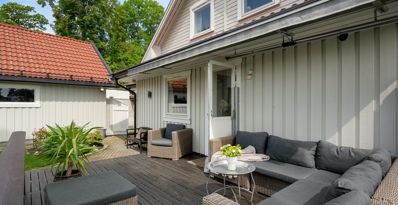 Terrasse både med markise og bevegelige le-vegger