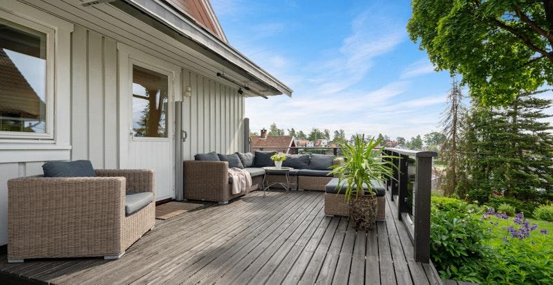 Terrassen strekker seg også rundt boligen mot sør/øst