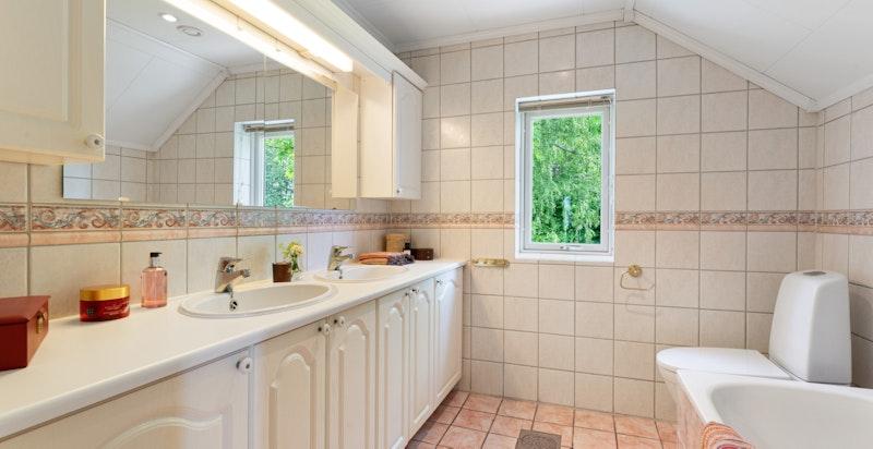 Romslig familiebad med dobbel vask og dusj