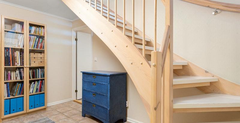 Trapp ned til hall i underetasjen