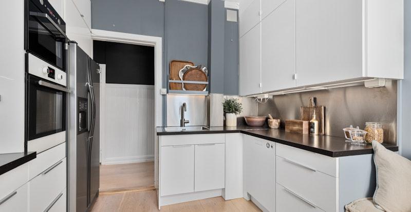 Kjøkkenet er innholdsrikt med mye skapplass