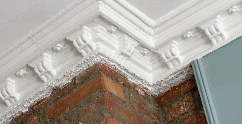 Klassiske detaljer og original teglsteinsmur fremhever peisen