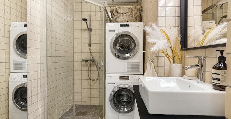 Pent flislagt bad med innredning fra ca 2011, toalett, opplegg for vask / tork og dusjnisje
