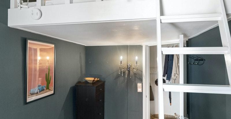 Soverom nr 2 med hems med sengeplass 140 cm bredde og kontorplass under