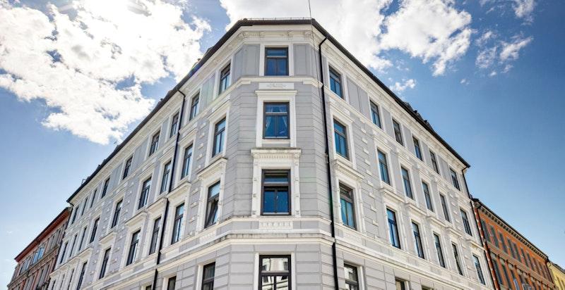 Klassisk og velholdt bygård med bla. takmaleri i oppgang og terrazzotrapper. Ytterdør skal byttes tilbake til klassisk stil.