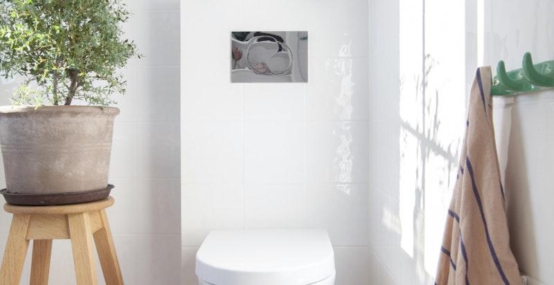 Badet ligger i fin og praktisk tilknytning til etasjens soverom.