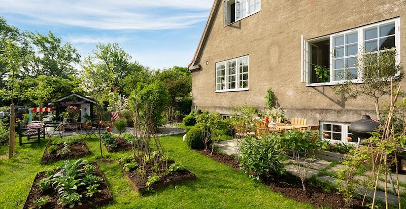 Boligen disponerer en romslig, solrik og idyllisk hageparsell med flere hyggelige soner.
