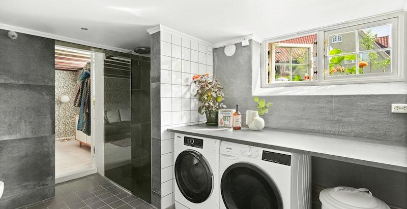 Badet har opplegg for vaskemaskin og tørketrommel.