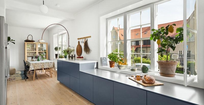 Det langstrakte kjøkkenet er funksjonelt med god oppbevaringsplass, samtidig som det er et realt arbeidskjøkken med rikelig benkeplass.