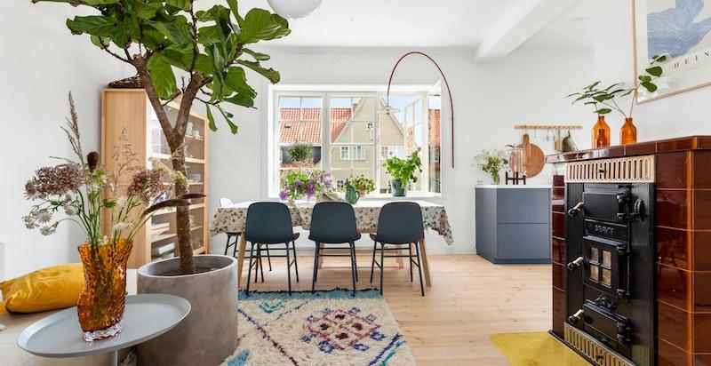 Rommet er også utstyrt med en klassisk og vakker vedkamin som både er et flott element til rommet og som varmer godt på kalde dager.
