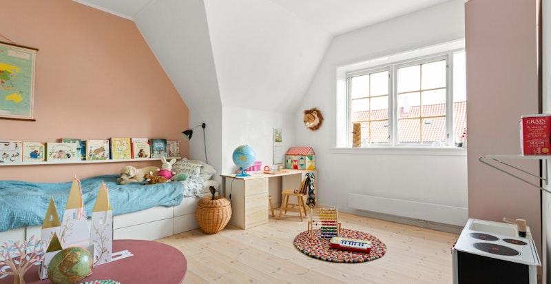 Rommet er av god størrelse og kan fint innredes på flere måter - alt etter ønske og behov.