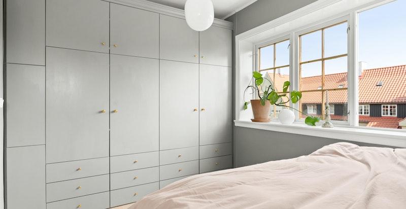 Hovedsoverommet er av god størrelse med store vinduer og praktisk garderobeløsning.