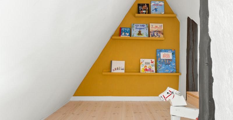 Selv om mange av veggene i boligen er hvite, er huset samlet sett en fargeoase med lekre fargevalg.