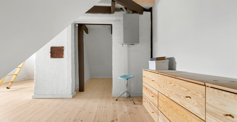 Loftet benyttes i dag som walk-in closet.