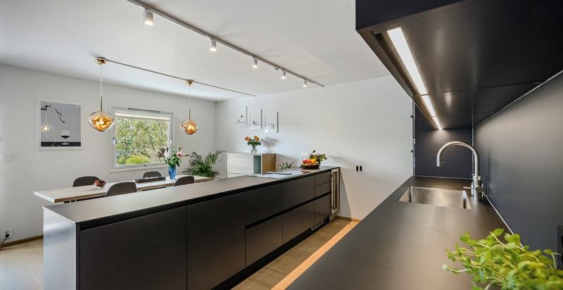 Lekkert kjøkken fra HTH med integrert hvitevarer og vinskap og Quooker Flex med ekstra stor vask. Stor induksjonstopp, mikro- og stekeovn fra Miele