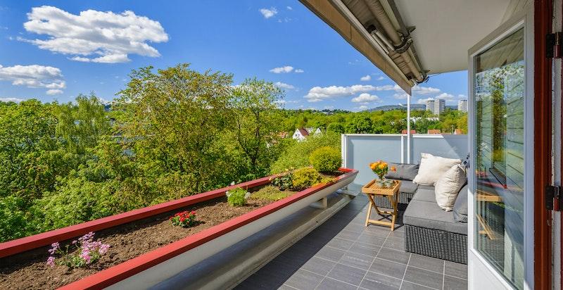 Solrik og usjenert terrasse med flott utsikt mot Holmenkollen