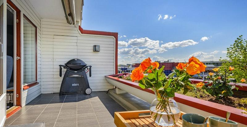 Flislagt terrasse med elektrisk markise med fjernkontroll fra 2020