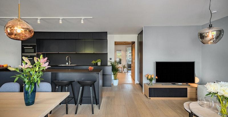 Lys, luftig stue med åpen kjøkkenløsning