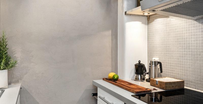 Kjøkkenet er pusset opp i 2018 med ny benkeplate, overskap, kjøkkenvask og kran. Ny induksjonstopp og ovn installert i 2019. Rommet er malt i 2021