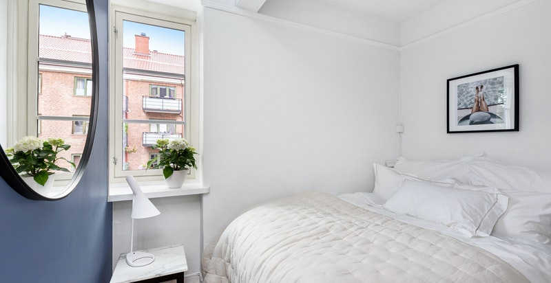 God plass til dobbeltseng og garderobeskap - Rommet og leiligheten forøvrig vender ut mot trafikkstille gate