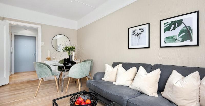 Romslig oppholdsrom med god plass til både sofagruppe og spisebord samt skrivebord om ønskelig