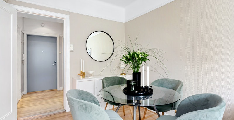 God plass til spisebord med tilhørende oppbevaringsmøbler i stuen