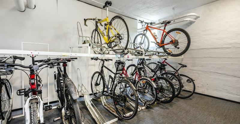 Stor sykkelbod i 1. etasje med enkel adkomst