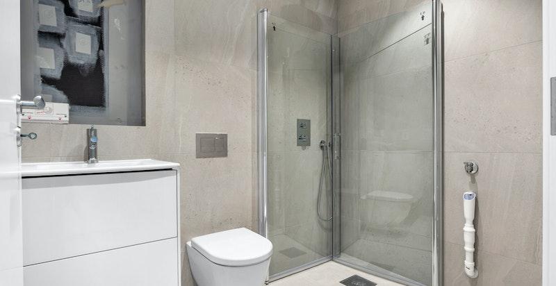 Pent flislagt bad i underetasje