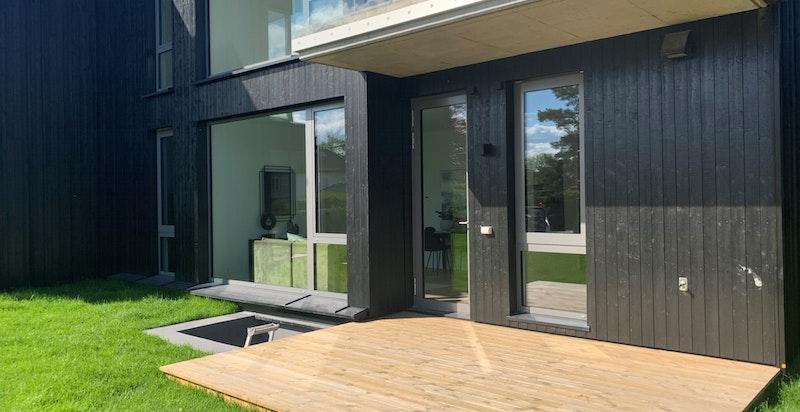 Privat terrasse og hage.