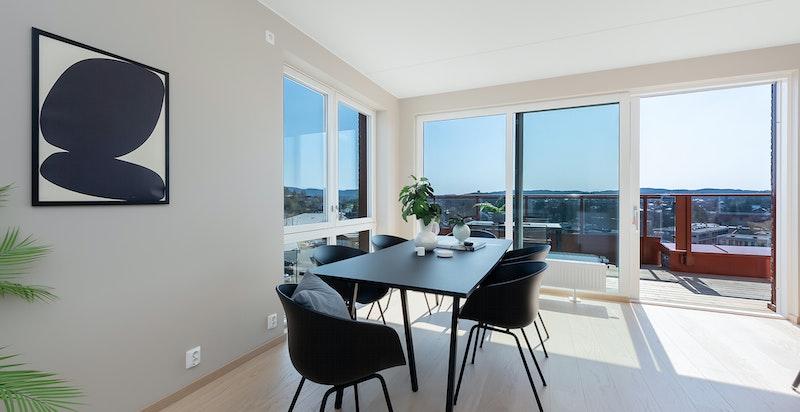 Arealet er innredningsvennlig og det er god plass til både spisebord i tilknytning til kjøkken, samt sofa/lounge.