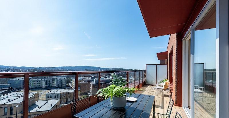 Velkommen til Tribunen på Lørenskog. Flott stue med store og mange vindusflater. Her får du virkelig en god romfølelse.