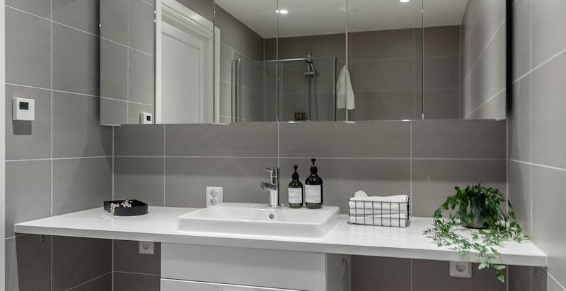 Bad 1. Hovedbad med opplegg for vaskemaskin og tørketrommel.