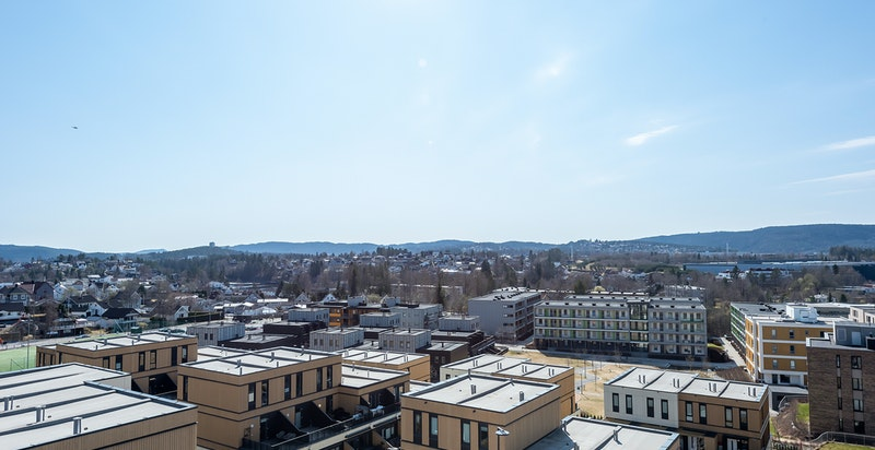 Stor privat terrasse på ca. 19 kvm blir som en forlengelse av stuen på solrike sommerdager.