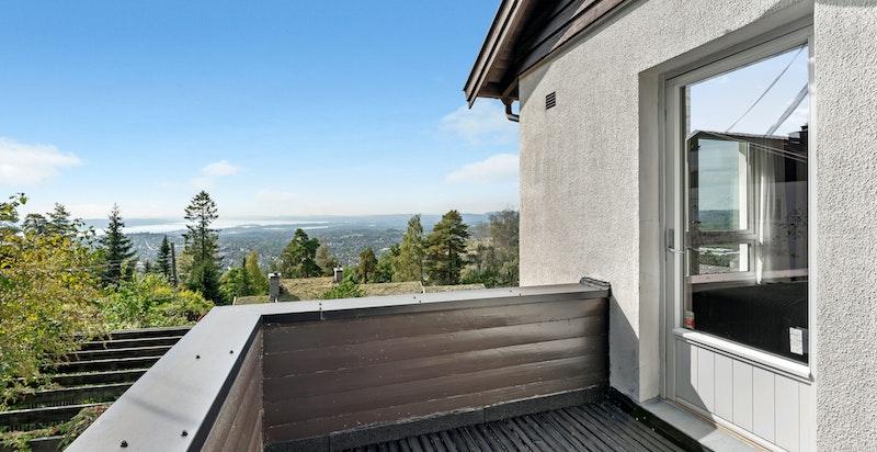 Solrik balkong direkte ut fra hovedsommet.