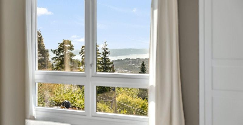 Vakker utsikt fra vinduet i hovedsoverommet