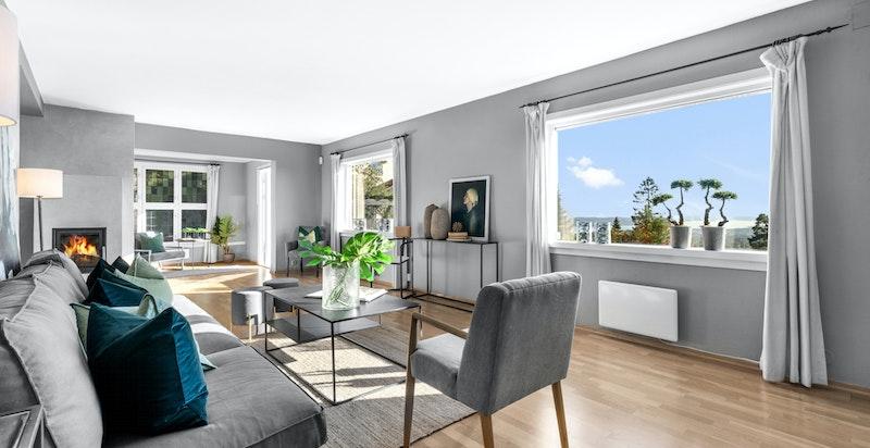 Stue med peisovn og store vindusflater