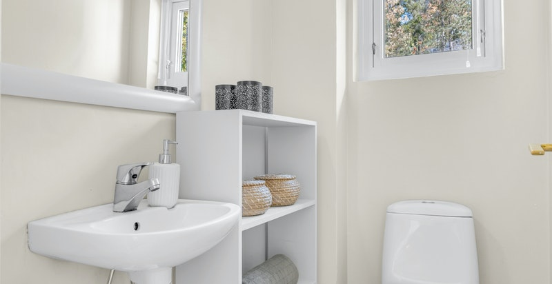 Separat toalettrom med varmekabler under flislagt gulv, toalett, veggmontert servant med blandebatteri