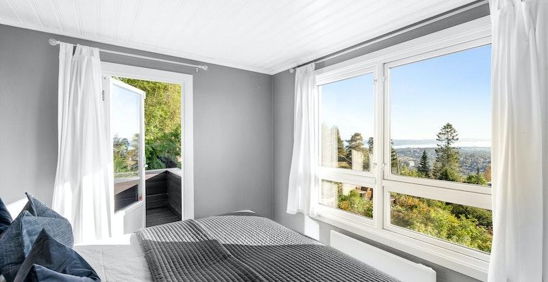 Fra hovedsoverommet er det utgang til solrik veranda