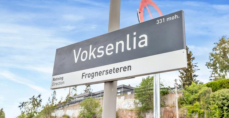 Fra eiendommen er det kort gangavstand til Voksenlia T-banestasjon. Herfra er det kun ca. 9 minutter med T-banen opp til Frognerseteren, ca. 6 minutter ned til Midtstuen hvor det er ungdomsskole og ca. 24 minutter ned til Majorstuen